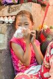 Lobesadorp, Punakha, Bhutan - September 11, 2016: Weinig meisjeszitting Uit Bhutan op treden in lokale bazaar, Punakha, Bhutan royalty-vrije stock afbeeldingen