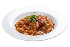 Lobio用豆和牛肉在一块白色板材 免版税库存照片