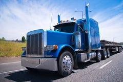Lobo azul del aparejo del camión grande semi de caminos imágenes de archivo libres de regalías