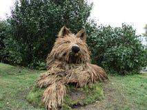 Lobo de la escultura del parque hecho de la paja fotografía de archivo libre de regalías