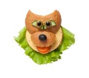 Lobo engraçado feito do pão e da salada no fundo branco imagem de stock