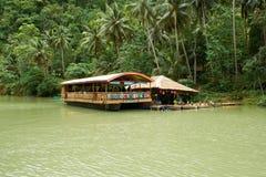 Loboc河的(保和省,菲律宾)浮动餐馆 免版税库存图片