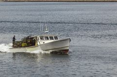 Lobsterman som förbereder för ankomst i New Bedford arkivbild