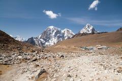 Lobuche by och mt Lobuche Sagarmatha nationalpark, Solu Khumbu, Nepal Arkivfoton