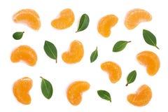 Lobules av mandarinen eller tangerin med sidor som isoleras på vit bakgrund Lekmanna- lägenhet, bästa sikt Isolerat på en vit bak Royaltyfri Foto