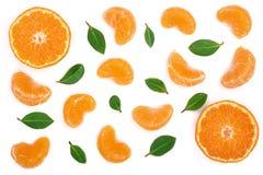 Lobules av mandarinen eller tangerin med sidor som isoleras på vit bakgrund Lekmanna- lägenhet, bästa sikt Isolerat på en vit bak Royaltyfria Foton