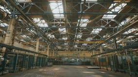 Locais da produção com um teto alto e um grande número equipamento industrial durante todo o território Muitos metal vídeos de arquivo