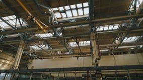 Locais da produção com um teto alto Muitos metal estruturas, tubulações da ventilação usadas na construção civil grande filme