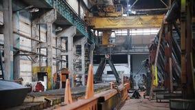Locais de fábrica - para dentro há máquinas e umas construções diferentes vídeos de arquivo
