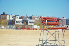 Locais de trabalho do protetor de vida velhos e modernos na praia Foto de Stock Royalty Free