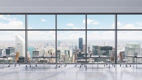 Locais de trabalho em um escritório panorâmico moderno, opinião nas janelas, Manhattan de New York City Espaço aberto Fotos de Stock Royalty Free