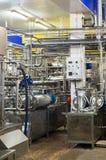 Locais industriais interiores com encanamentos e reservatórios fotografia de stock