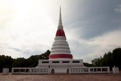 Local arqueológico da noite de Phra Chedi Klang Nam imagens de stock