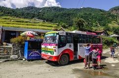 Local bus auf Straße in Pokhara, Nepal stockfotografie
