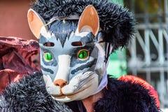Local com máscara do gato, Cuidad Vieja, Guatemala fotos de stock