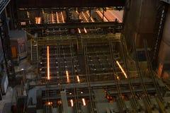 Local com os lingotes quentes do metal metallurgy foto de stock