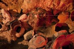 Local da escavação da arqueologia Produtos manufaturados reais, ânfora velha fotografia de stock