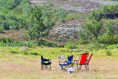 Local de acampamento com acampamento-cadeiras e tabela Imagens de Stock Royalty Free
