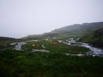 Local de acampamento nevoento fotografia de stock royalty free