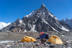 Local de acampamento no acampamento de Concordia com pico da mitra, K2 passeio na montanha, Paquistão fotografia de stock royalty free