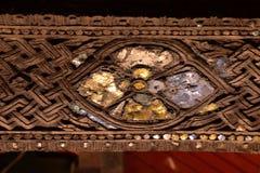 local de la flor tallado en el fondo de madera Fotos de archivo libres de regalías