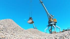 Local de mineração com o cascalho que obtém relocated mecanicamente video estoque