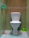 Local de repouso com toalete branco da cerâmica, assoalho de mármore, Foto de Stock Royalty Free