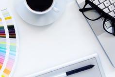 Local de trabalho, caderno e tabuleta com café foto de stock royalty free