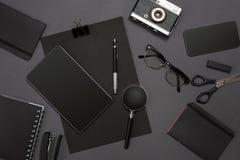 Local de trabalho com artigos do escritório e elementos do negócio em uma mesa Conceito para marcar Vista superior Imagem de Stock
