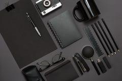 Local de trabalho com artigos do escritório e elementos do negócio em uma mesa Conceito para marcar Vista superior Fotos de Stock