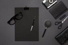 Local de trabalho com artigos do escritório e elementos do negócio em uma mesa Conceito para marcar Vista superior Imagens de Stock