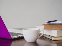 Local de trabalho com café do portátil Imagens de Stock Royalty Free