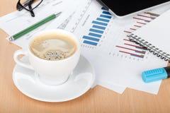 Copo de café no local de trabalho imagem de stock