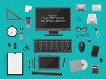 Local de trabalho com dispositivos do computador, objetos do escritório e originais de negócio Imagens de Stock Royalty Free