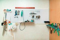 Local de trabalho com ferramentas em uma parede imagem de stock