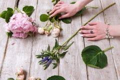 Local de trabalho com flores Mãos do florista fotos de stock