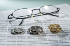 Local de trabalho com moedas, originais e vidros Foto de Stock