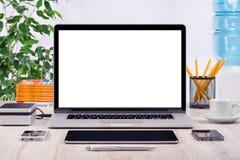 Local de trabalho com os dispositivos diferentes do modelo aberto do portátil Imagem de Stock Royalty Free