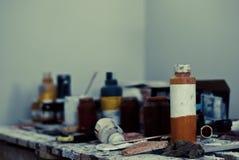 Local de trabalho com os frascos da pintura Foto de Stock Royalty Free