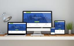 local de trabalho com rfresh e Web site responsivo em linha moderno no de Imagens de Stock Royalty Free
