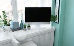 Local de trabalho confortável moderno com o computador no peitoril da janela fotos de stock royalty free