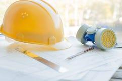 Local de trabalho da engenharia, desenhos, capacete protetor da construção e respirador da poeira Fotografia de Stock