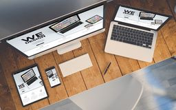 local de trabalho da vista superior com mostrar dos dispositivos responsivo nós projetamos a Web Foto de Stock