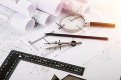 Local de trabalho do arquiteto - desenhos e ferramentas de construção foto de stock royalty free