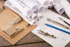 Local de trabalho do arquiteto - desenhos, modelo à escala e ferramentas de construção fotos de stock