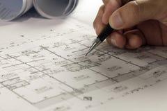 Local de trabalho do arquiteto - rolos e planos do arquiteto architectural imagem de stock
