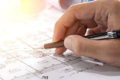 Local de trabalho do arquiteto - rolos e planos do arquiteto architectural imagens de stock royalty free