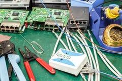 Local de trabalho do conjunto do equipamento da eletrônica Fotografia de Stock Royalty Free