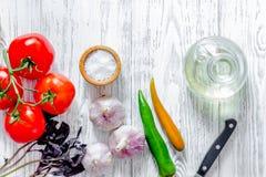 Local de trabalho do cozinheiro O tomate, peper, manjericão wwoden sobre o copyspace da opinião superior do fundo da tabela Foto de Stock