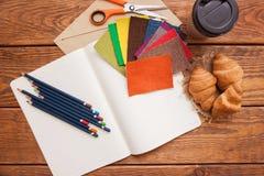 Local de trabalho do desenhador de moda Lápis e telas Fotografia de Stock Royalty Free